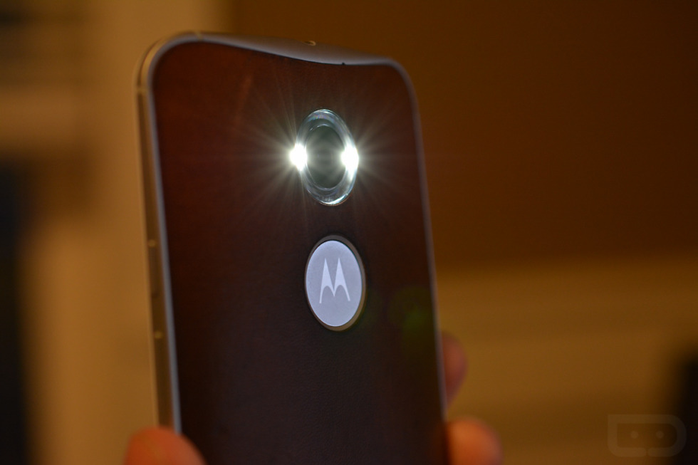 """Motorola Adds """"Chop Twice for Flashlight"""" Action in Android"""