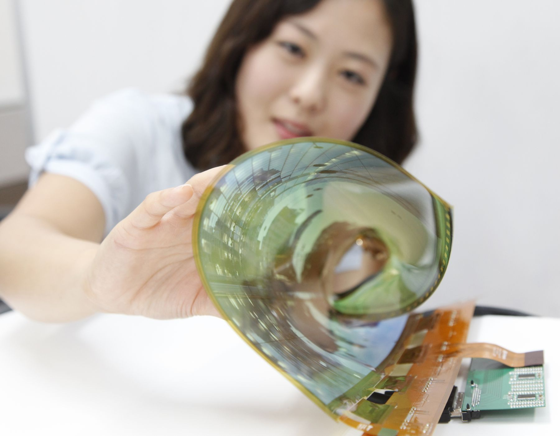 LG_Display_18-inch_flexible_OLED_panel_to_be_showcased_at_SID_2015