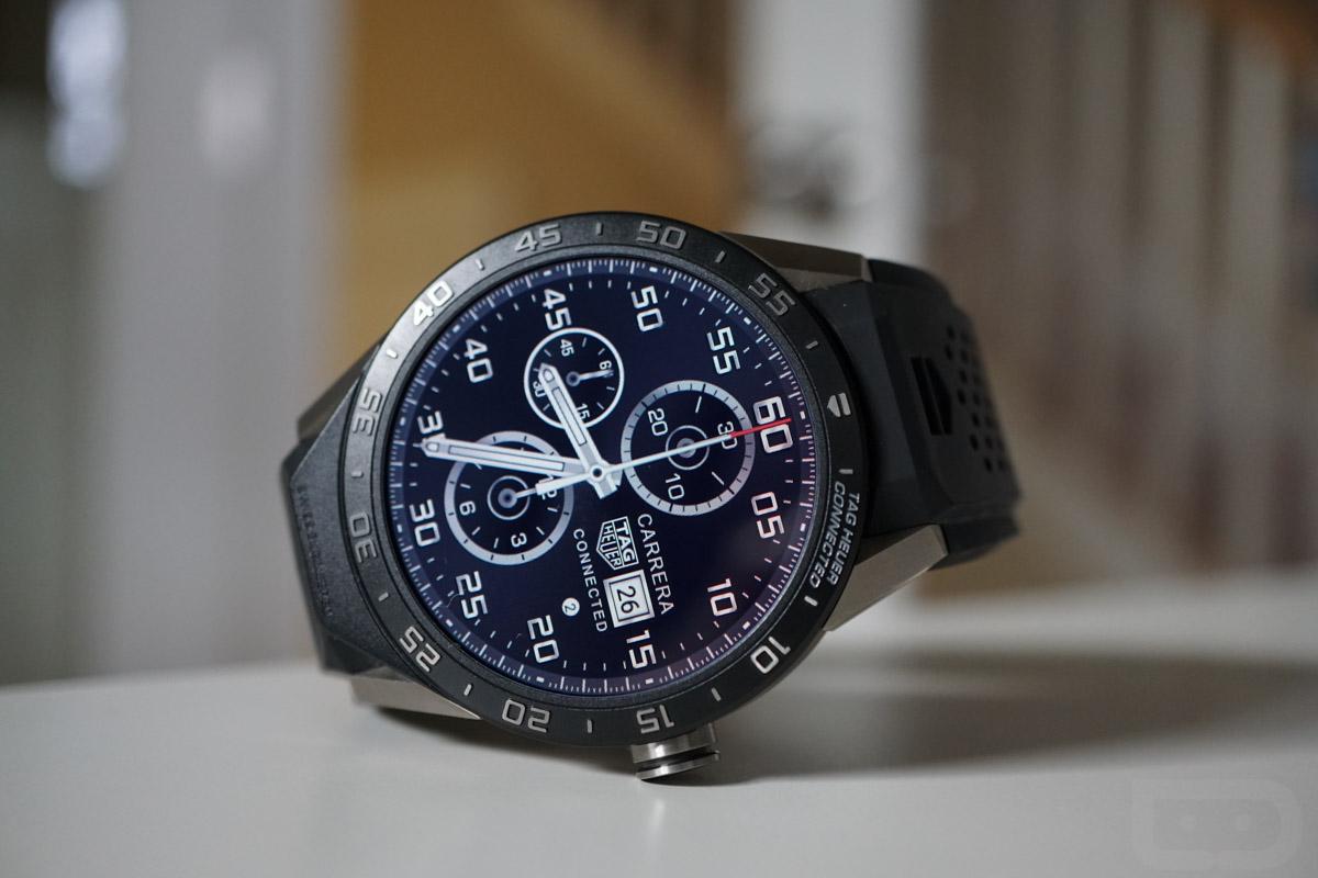 Умные часы быстро заряжаются с помощью док-станции, с графическим отображением статуса зарядки на циферблате.